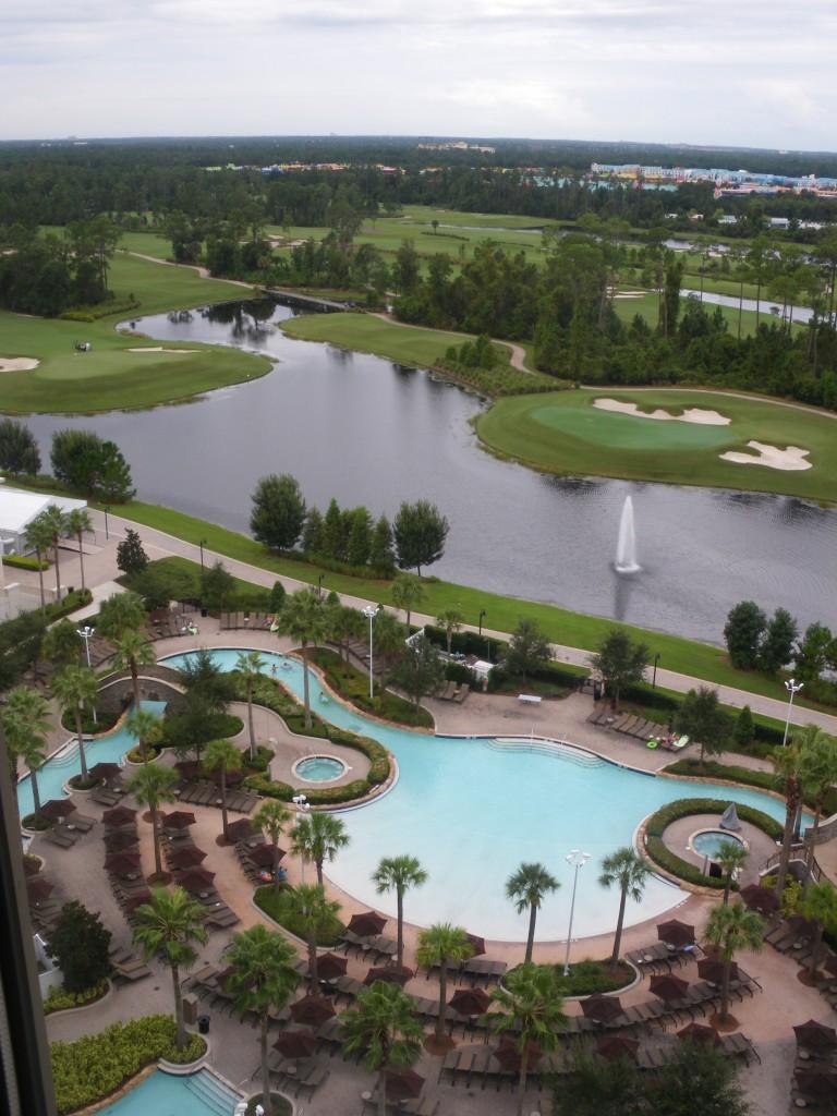 Hilton, mit Blick auf Pool und links Konferenz